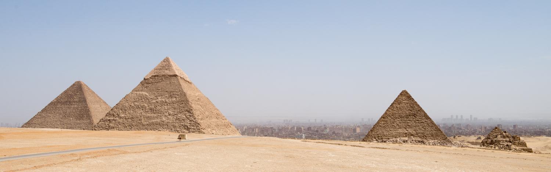 De store pyramider på Giza Plateauet - fra venstre mod højre er det Keophs, Khefren og Menkaure pyramiderne